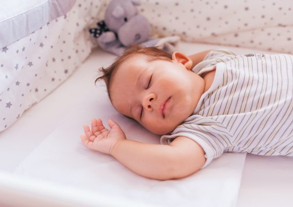 Ruido blanco para bebé - Ayuda para dormir. En la imagen: Bebé durmiendo.